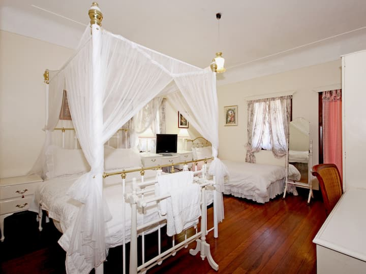 Corporate Accommodation - Pink Room-