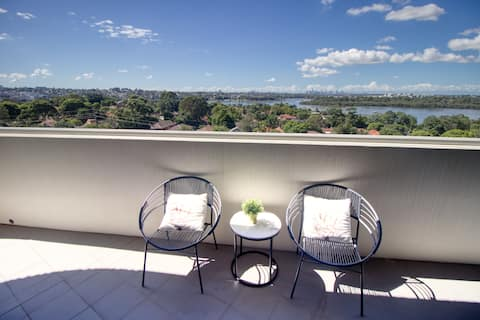 Magnificent Water View Apt: free Parking, Train