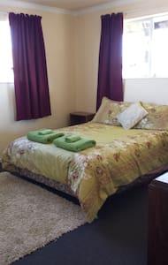 Iconic Kiwi Comfy Home @ Lake Hawea - Lake Hawea - Bed & Breakfast