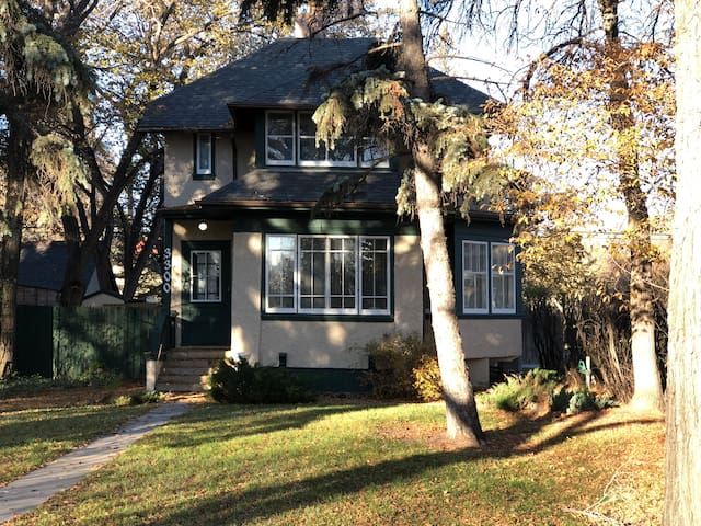 Lakeview Albert Street home across from Wascana!