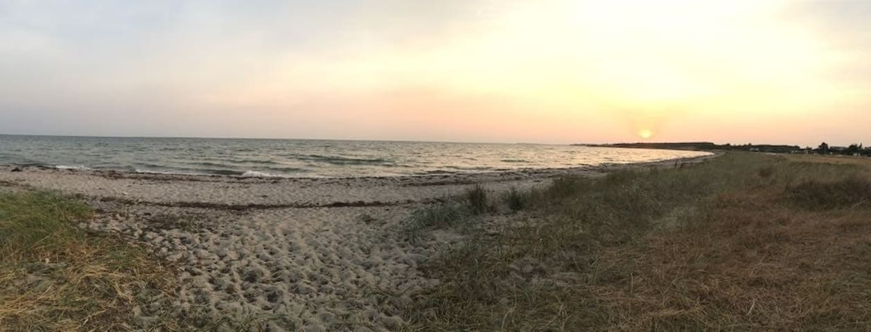 Hyggeligt sommerhus tæt på  strand