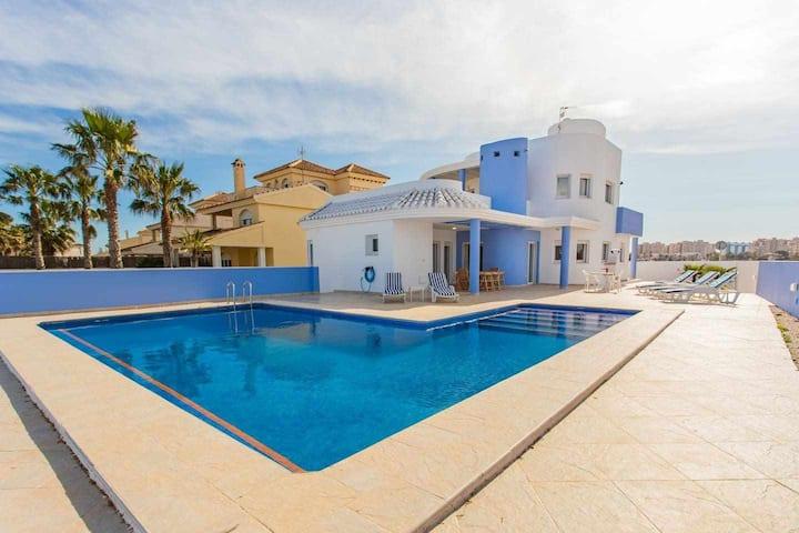 Villa a estrenar con piscina junto al Mediterráneo