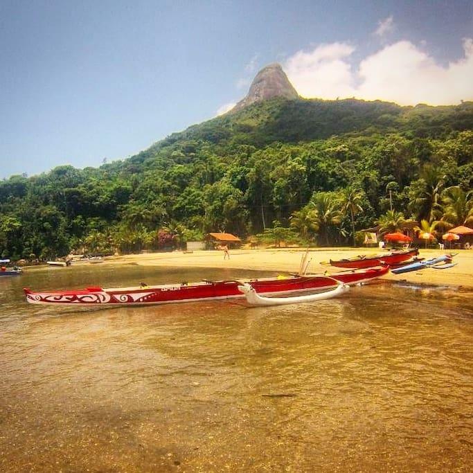 Nossa Canoa Havaiana para passeios com nossos hóspedes pela baía de Paraty!