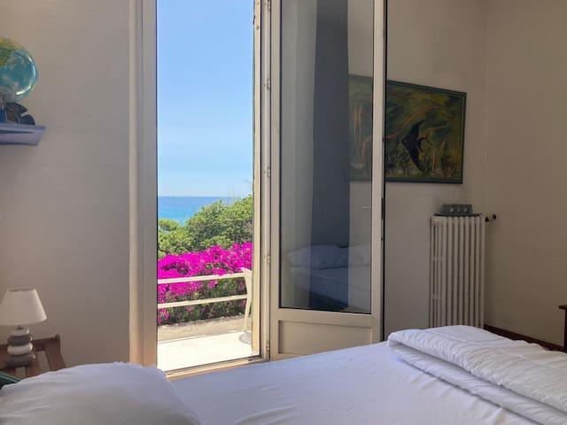 Chambre 2 : Vue mer avec lit double 140cm, penderie, accès terrasse.