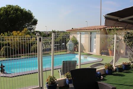 Chambre indépendante  bord de la piscine terrasse - Martigues - Konukevi