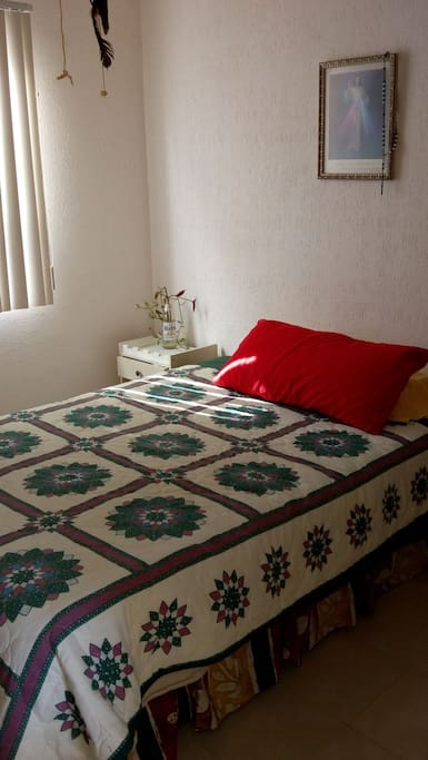 habitación iluminada limpia ,con cama matrimonial