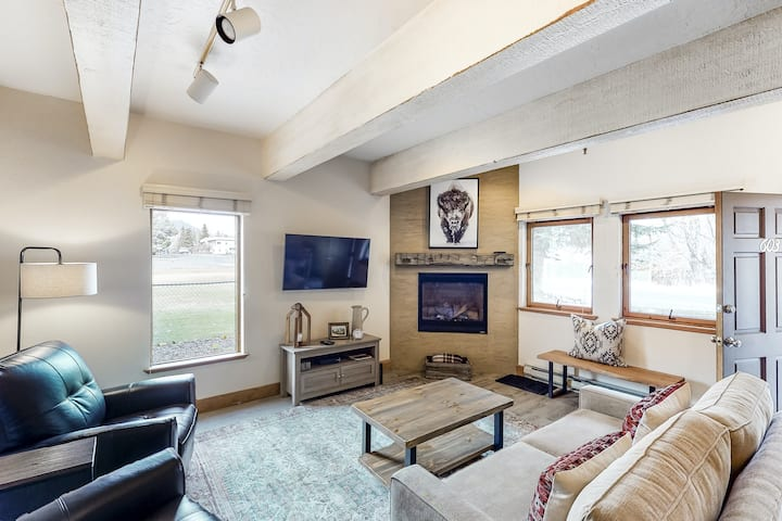 Ideal condo by the mountain w/ shared pool/hot tub & free WiFi - walk to lifts!