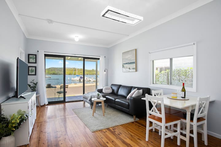 Broadwater Cottage - opposite the water!
