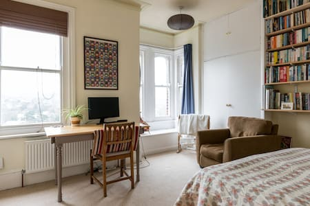 Large bright room in family house - great view! - Brighton