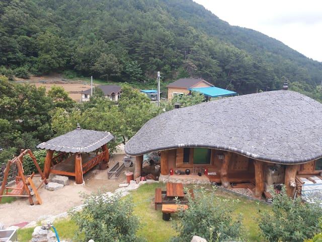(한뜰당) 순수 황토와 국내산 소나무로만 지은 전통 구들방 흙집(5인실)