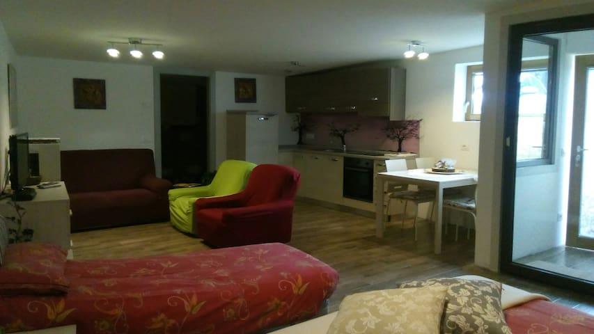 angolo cucina e soggiorno