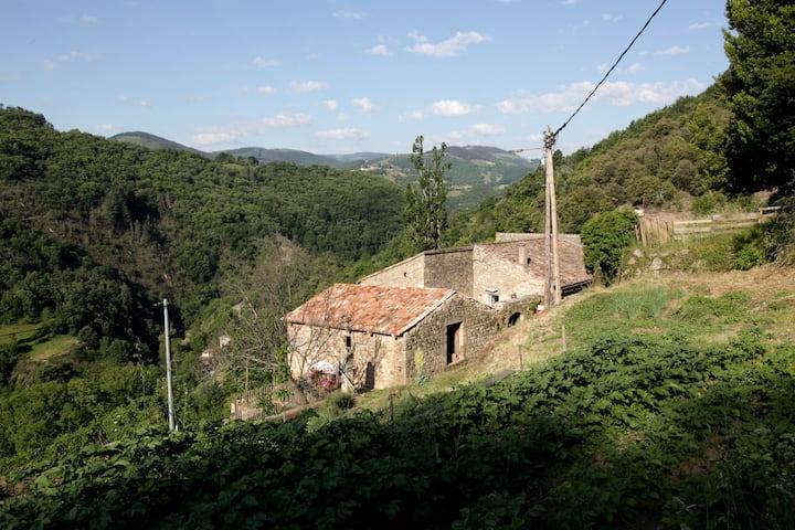 Maison traditionnelle ardéchoise avec baignade