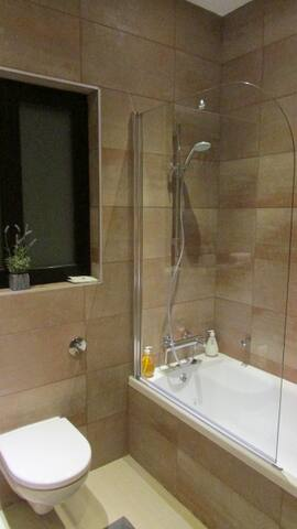 Main bathroom, with bath/shower.