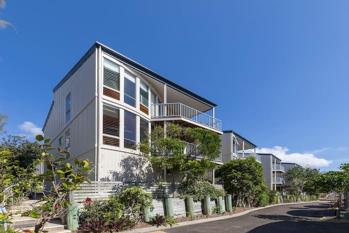 3 Storey Beachside Villa - Castaways Beach - Rumah