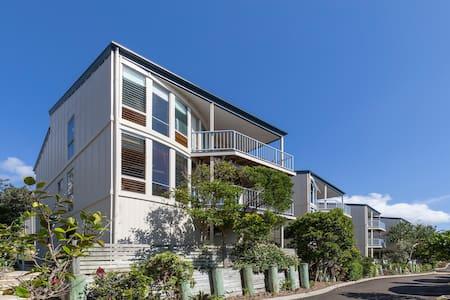 3 Storey Beachside Villa - Castaways Beach - 一軒家