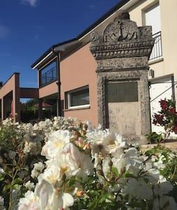 la villa des roses blanches - Cosnes-et-Romain