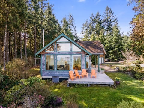 Private cottage with ocean views & trail access