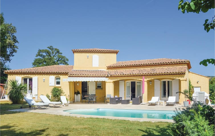 Holiday cottage with 3 bedrooms on 150 m² in Lamanon