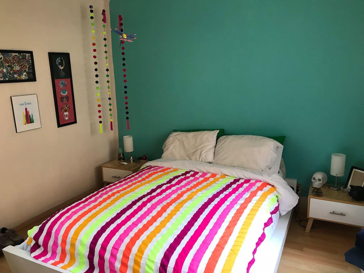 Todo es muy colorido en mi apartamento porque me encanta el arte mexicano.
