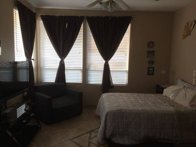 2nd bedroom (full size bed) 48 in. Smart tv Pool access