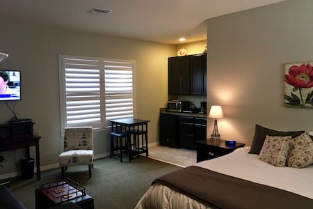 Carriage House Apartment 5 miles from Disney!! - Winter Garden - Gästhus