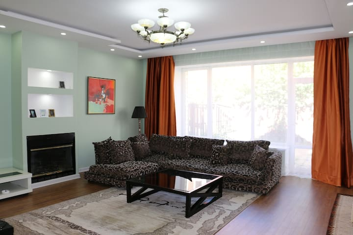 Safe & private 2floor house ideal for big groups