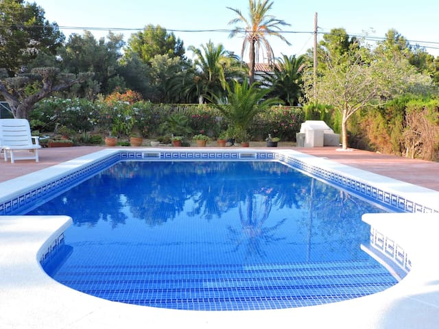 HOUSE WITH PRIVATE POOL 300 METERS FROM THE SEA