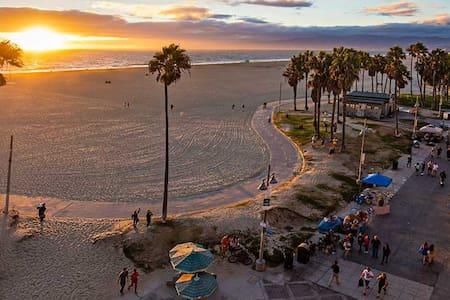 HUGE Venice Beach private Beachpad 1 Block to Sand