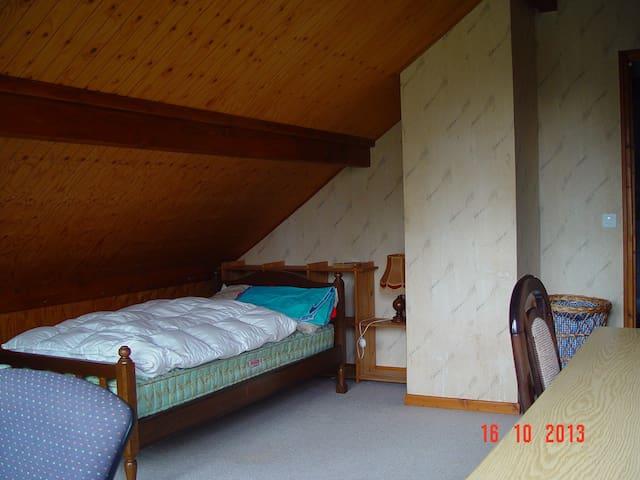 Belle chambre lumineuse, accès privatif au balcon. - Cormondrèche - Haus