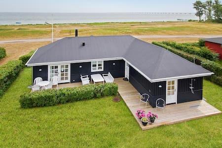 Eksklusiv strandvilla i 1. række til Storebælt. - Nyborg - Hus