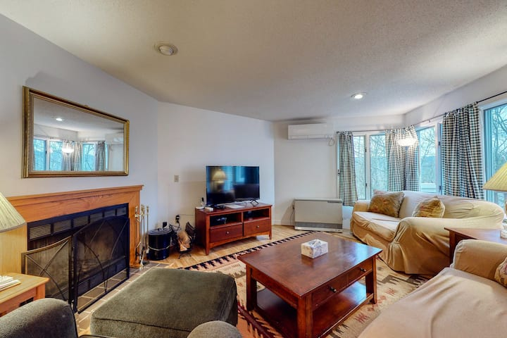 Spacious condo w/private washer/dryer, deck, gas grill, free WiFi, shared pool