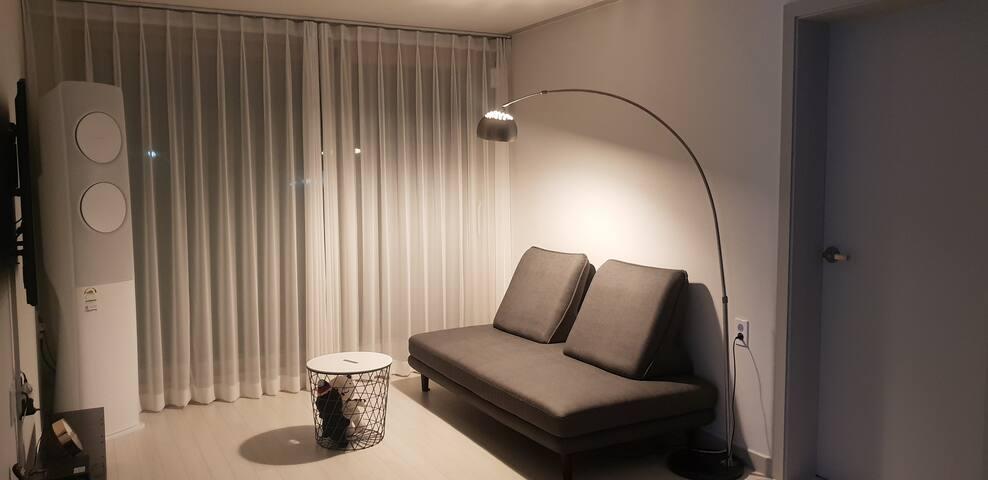 신축 고급주택 2층 전체 사용 / 셀프체크인/호텔식 비품 유지 관리/할인 쿠폰 적용 가능