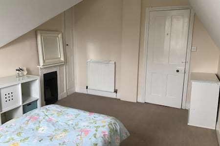 Clean and bright room near station. - Sevenoaks