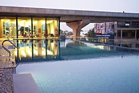 Luxury service APT next to MRT W/ WIFI  Pool&Gym