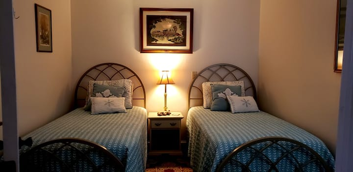 The Red Lantern Inn - Room #7 Two Twin Beds Downstairs