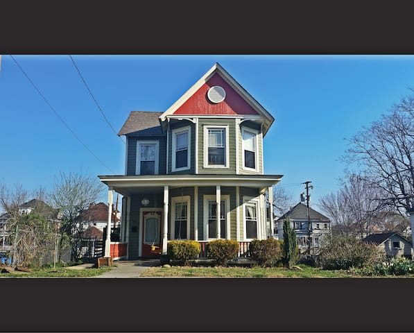 DOWNTOWN FARMHOUSE  Walking Distance 2 City Fun - Roanoke - House