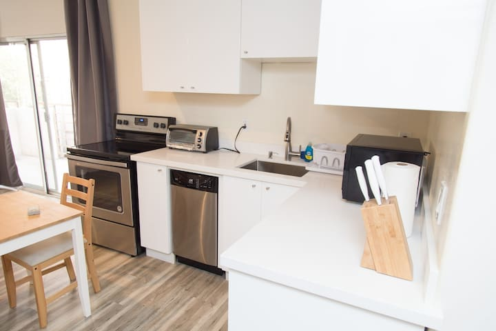 224L Lux Apartment Nr UCLA, Buses on Westwood Blvd