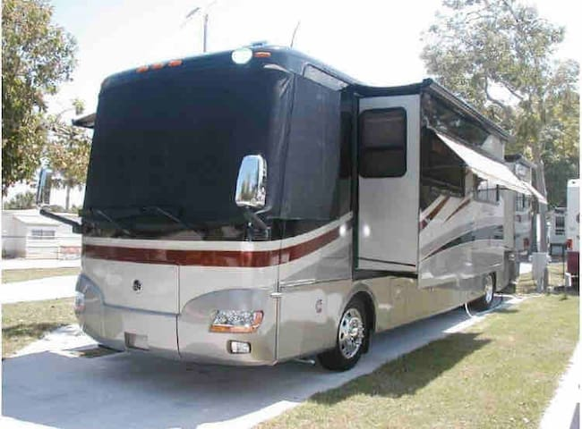 Fully private: luxury RV on spacious McDill Manor