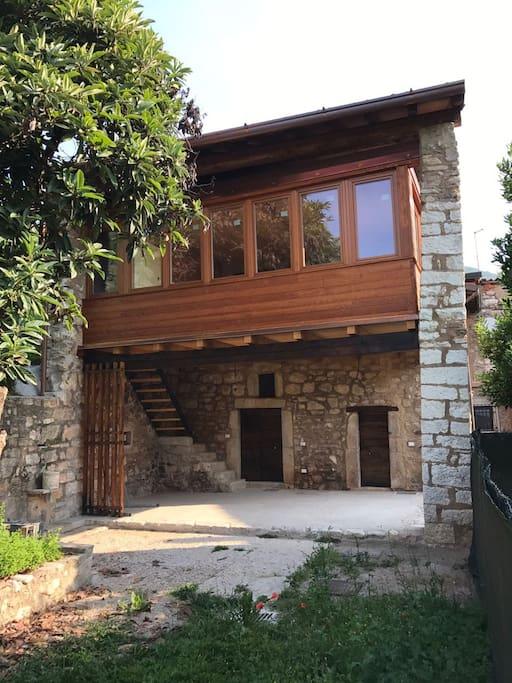 Accesso alla stanza (porta a destra del piano terra) e finestre della cucina (al primo piano)