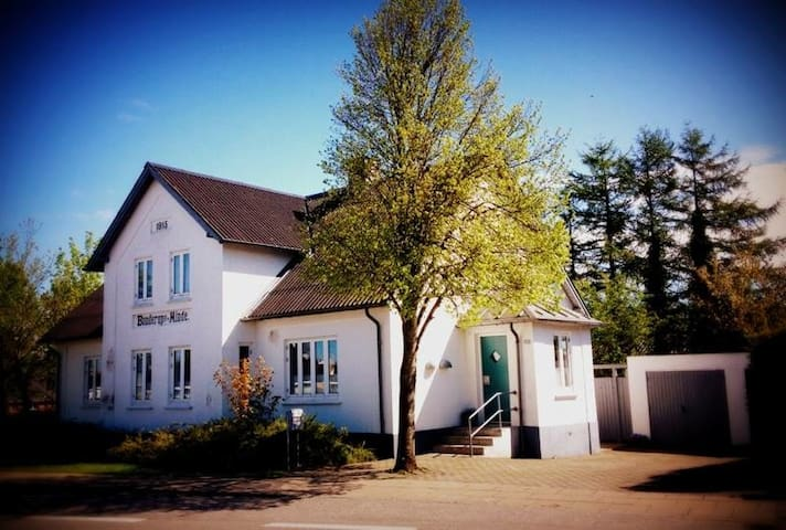 200 m2  tæt på både by og natur - Gistrup - House