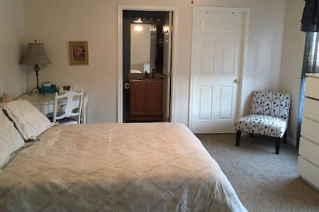 Private suite, close to turnpike and Pittsburgh - Gibsonia - Casa