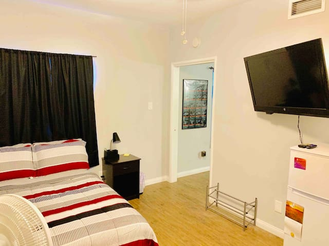 Private Bedroom Suite, Central to OldTown Monrovia