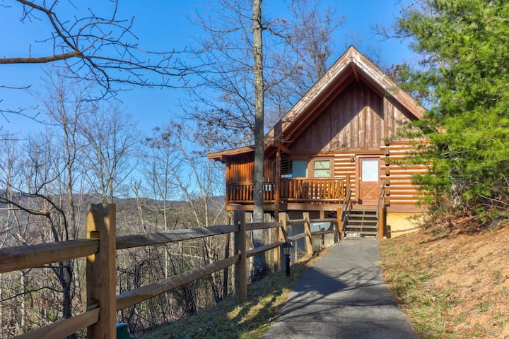 NEW LISTING! Mountainside studio cabin w/ private hot tub & shared seasonal pool