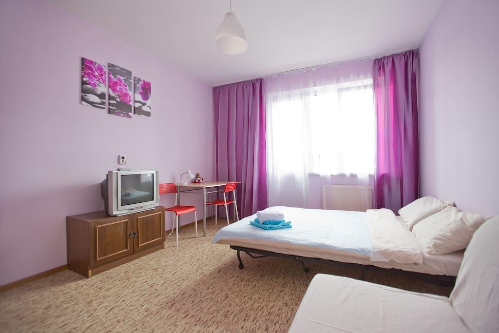 Снова сиреневая спальня с телевизором и рабочим местом. В этой комнате есть балкон, который выход в тихий двор.