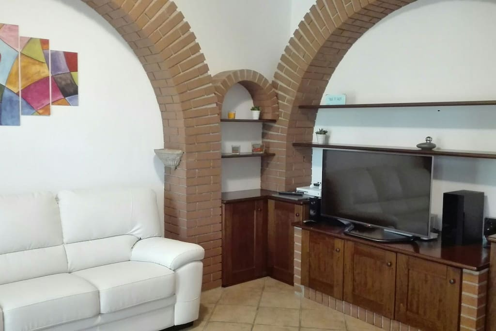 salotto ad archi con tv