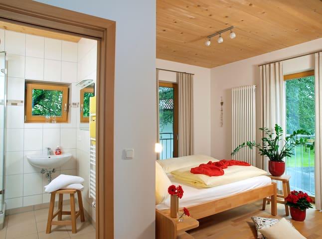 Lindenhaus (Zwiesel), Ferienwohnung (42qm) mit Balkon und Küchenzeile