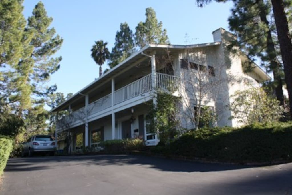 Quiet mature neighborhood walking distance from Sand Hill Circle, Rosewood Hotel, SLAC