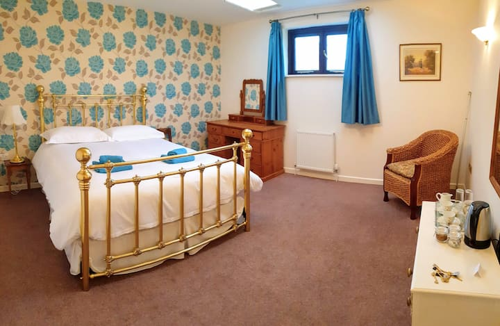 2. Brent, Ensuite,king size bed, Dartmoor village