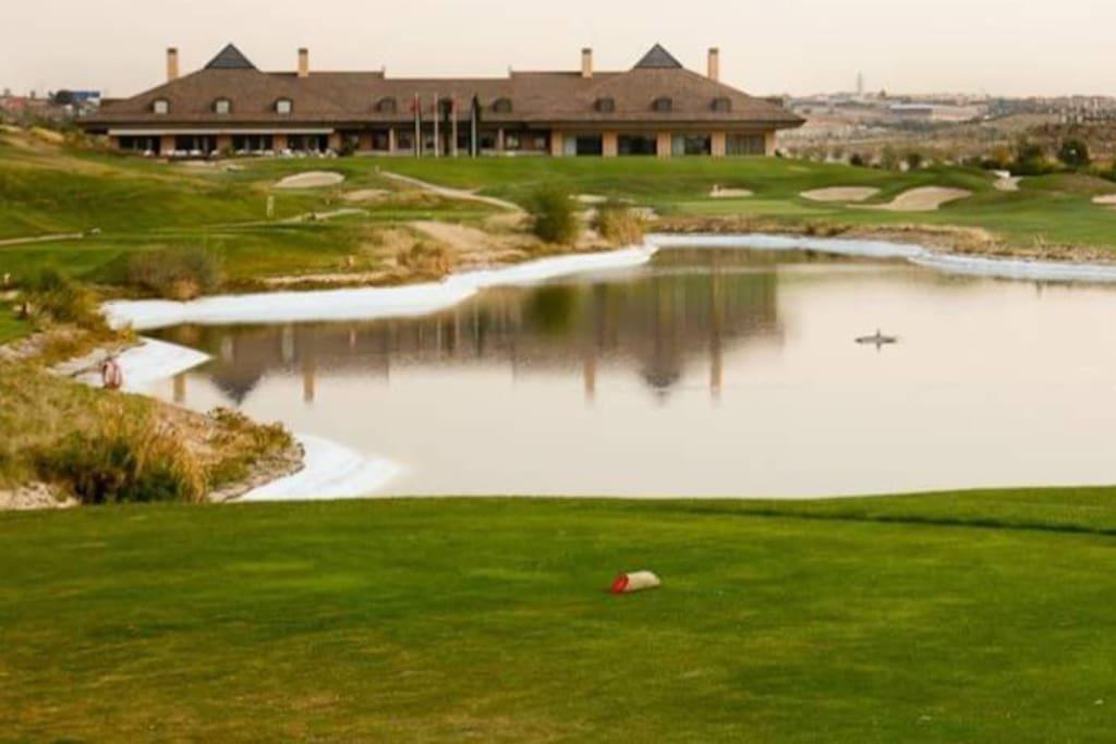 Real Federación Española de Golf frente a la casa