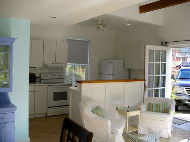 Cottage Located in Chester Village 1 bedroom +loft